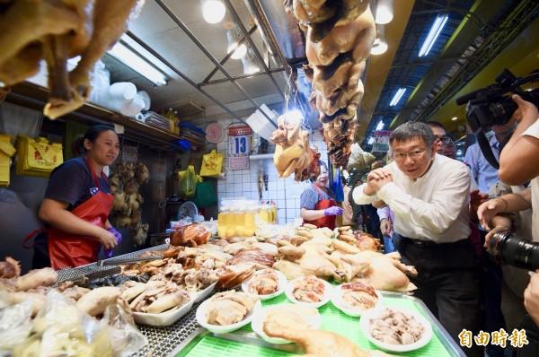 台北市長柯文哲到萬華三水街市場拜票,受攤商及民眾熱情歡迎。