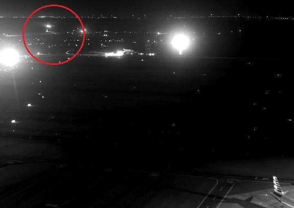 加拿大航空1架客機(紅圈處)以數公尺的距離避過靜止於滑行道上的4架班機,險釀史上最嚴重空難。(擷取自YouTube)