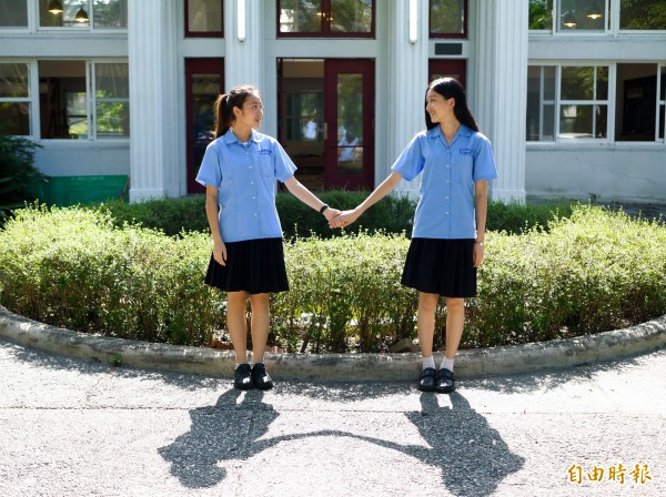 「我們牽著手,征服那天空。」有畢業校友結婚後仍捨不得丟掉制服,希望未來若生女兒也能穿上這套制服(記者簡惠茹攝)