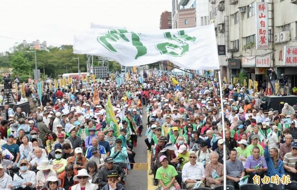 「1020全民公投反併吞」今天下午在民進黨中央黨部前的北平東路展開。(記者林正堃攝)