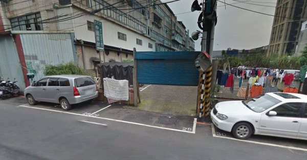 新北市板橋一處停車場前的入口處,有一個「詭異」停車格。(圖片取自google 地圖)