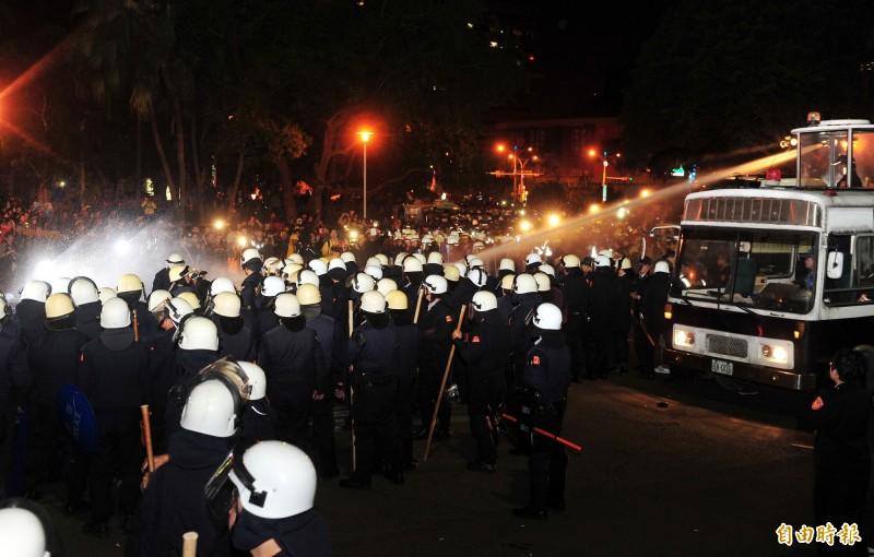 香港警察隊員佐級協會主席林志偉今日建議動用水炮車驅散人群。圖為台灣太陽花期間警方使用鎮暴水車。(資料照)