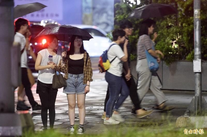 雖然輕颱「丹娜絲」逐漸遠離台灣,但仍影響各地降雨情形。(記者叢昌瑾攝)
