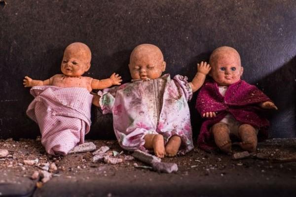 詭異的娃娃盯得人心發寒。(圖擷取自鏡報)