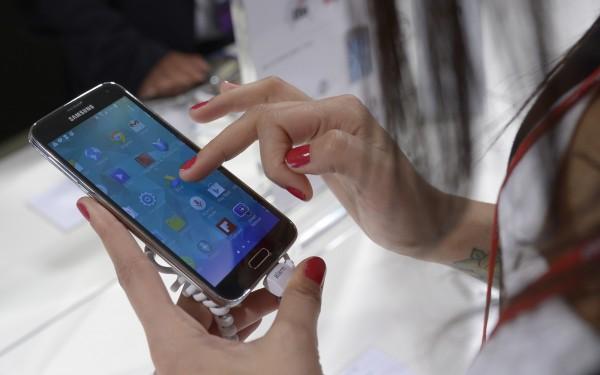 自從智慧型手機問世後,幾乎所有使用者都在不知不覺中「上癮」,一拿起手機就滑個不停,甚至影響到作息和身心健康。外媒分析指出,人們對滑手機上癮絕非偶然。(美聯社)