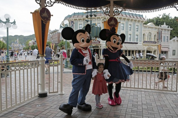 香港迪士尼因山竹颱風肆虐,宣布今天(17日)暫停開放。(美聯社)