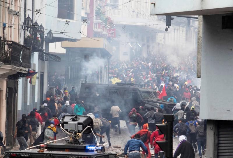 示威者在抗議期間,和警方爆發警民衝突。(路透)