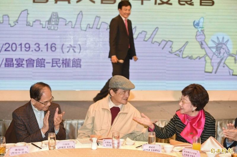 前副院長呂秀蓮(右)、前行政院長游錫堃(左)出席台灣聯合國協進會募款餐會,與協進會理事長蔡明憲(中)交換意見。(記者方賓照攝)