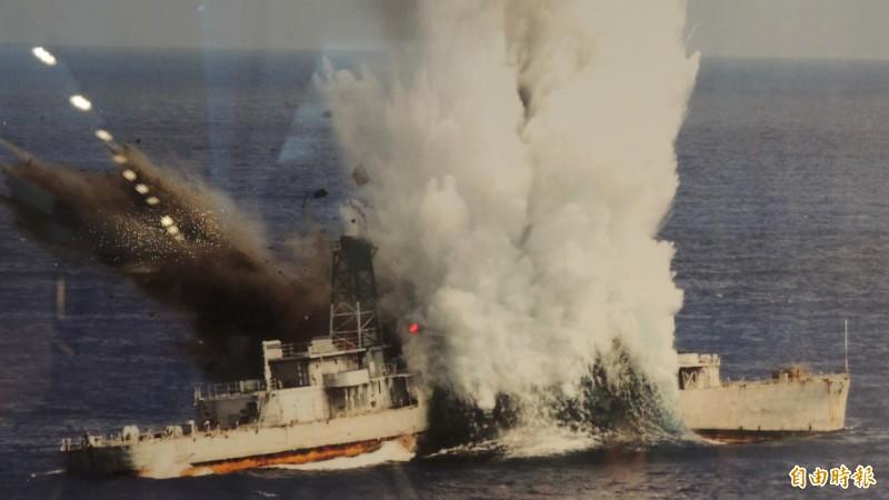 國軍漢光演習今天將進行魚雷實射擊的戰雷驗證,另也傳出蔡總統今天將至九鵬基地視導聯合火力射擊操演。圖為海軍過去以魚雷實彈射擊轟沉靶艦的畫面。(資料照)