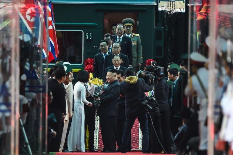 越南政府動員大規模儀仗隊在同登站為金正恩舉行歡迎儀式。(法新社)