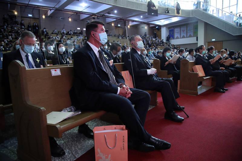 美國國務院次卿柯拉克、日本前首相森喜朗弔唁李前總統,因應防疫關係,會場座位也架起塑膠隔板。(台北市攝影記者聯誼會提供)