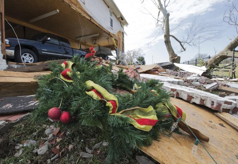 美國南部13、14日出現多起龍捲風,各地災情不斷,目前已知有至少8人死亡、逾10人受傷,並有許多建物慘遭摧毀。(美聯社)