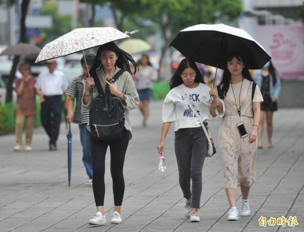 今日白天各地仍易出現短暫陣雨,且北部、東北部地區及中部山區須提防局部大雨。(資料照)
