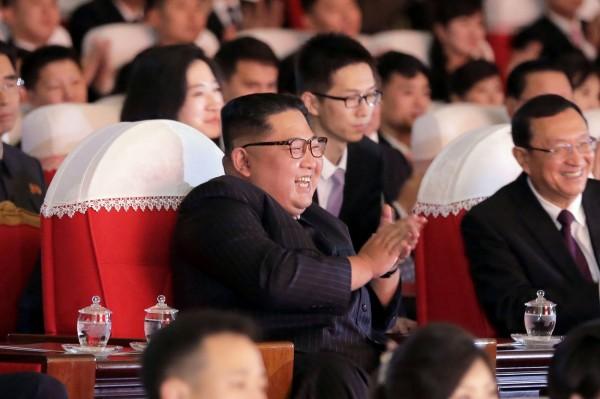 金正恩觀看中國和北韓藝術團隊的共同演出,在台下鼓掌叫好。(法新社)