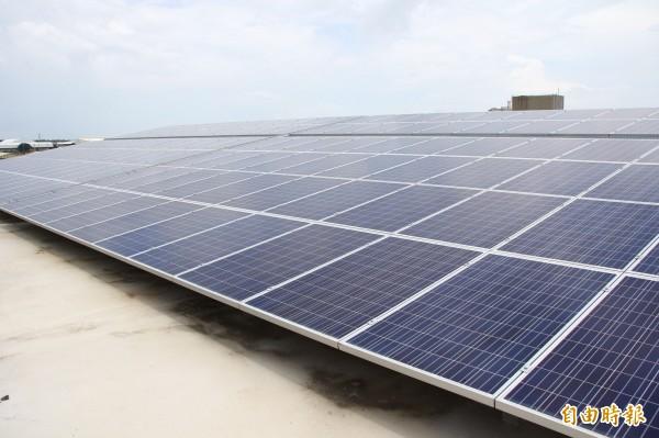 南部日照天數長,越來越多住宅、工廠屋頂裝設太陽能板發電。(記者林宜樟攝)