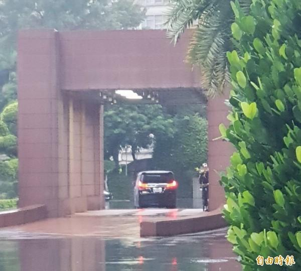 行政院近期政務繁重,總統府秘書長陳菊被目擊在今天傍晚進入行政院,據指出是前往慰勞賴清德,停留5分鐘後即離去。(記者李欣芳攝)