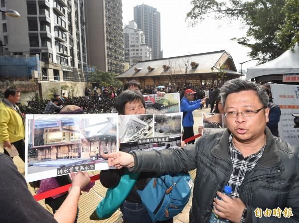 新北投車站1日落成開幕,台北文資環境守護聯盟成員在會場外抗議。(記者方賓照攝)