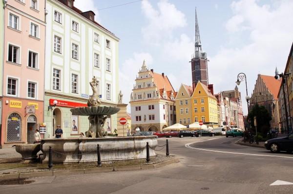 今年初,在波蘭西南部的尼斯市,有三位青少年在夜間將二手羽絨被送給在街上睡覺的街友,並且將街友以贈送的羽絨被裹好。(圖為尼斯街景,圖片截取自維基百科)