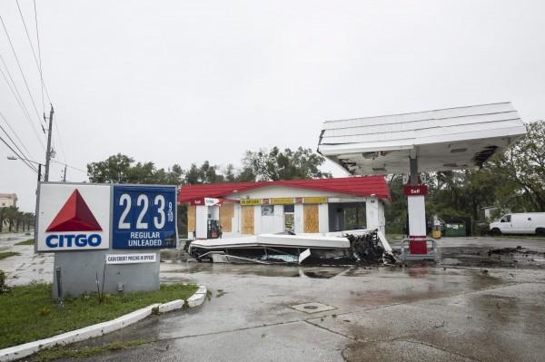 圖為佛州當地建物遭馬修摧殘。(歐新社)