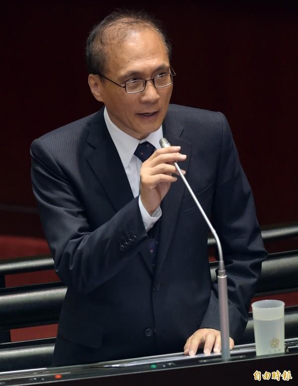 行政院長林全說,勞動部民調有球員兼裁判疑慮,會以綜合意見跟勞資雙方協調。(記者黃耀徵攝)