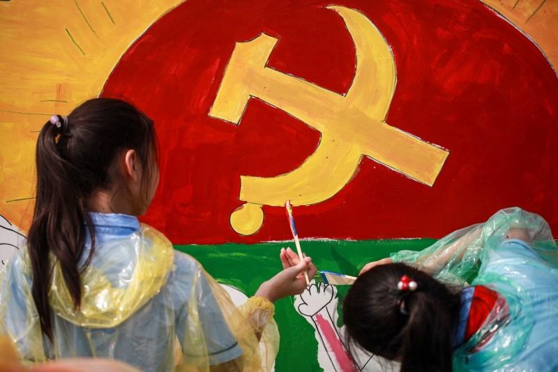外媒報導,中共近期要求青少年學生學習四史。圖為2019年9月小朋友手繪共產黨標誌。(法新社)