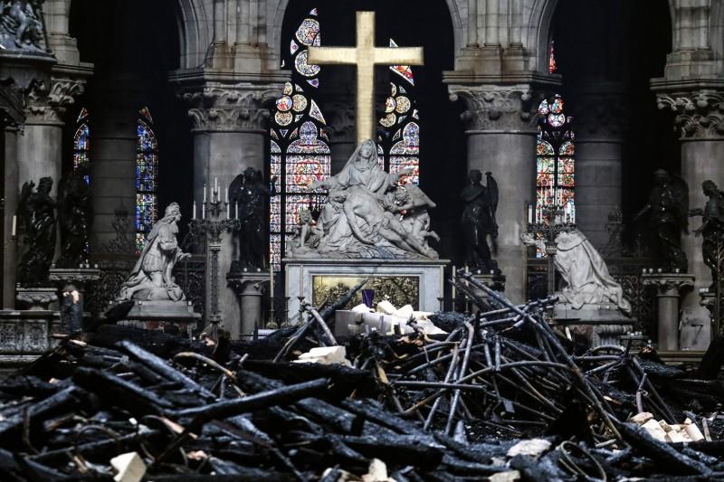 法國巴黎聖母院大火引起全球震驚,企業家及富豪們亦群起捐款協助重建。(法新社)