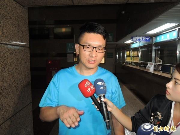 童仲彥今酒駕自撞路邊轎車,他向台北市民道歉,表示自己「會負責」。(記者林嘉東攝)