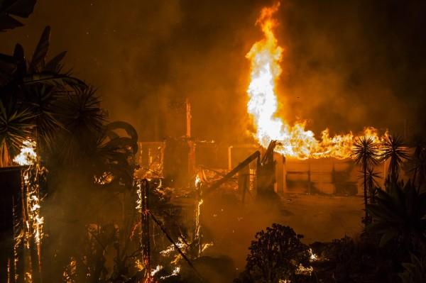 加州多起野火至今已造成11人不幸喪生,並有25萬人被迫從家園撤離。(法新社)