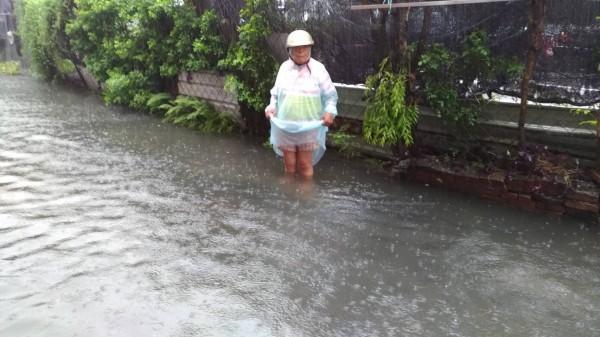 今早南台灣下大雨,台南、高雄、屏東多處積水。圖為屏東市大連路淹水到大腿高。(記者葉永騫翻攝)