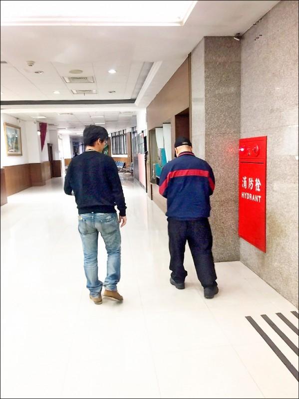 新北地院裁准管收溫男(右)。(行政執行署新北分署提供)