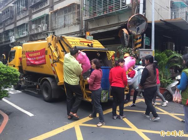 瑪莉亞颱風過境,基隆今天加收垃圾。圖為新北市收垃圾。(資料照)