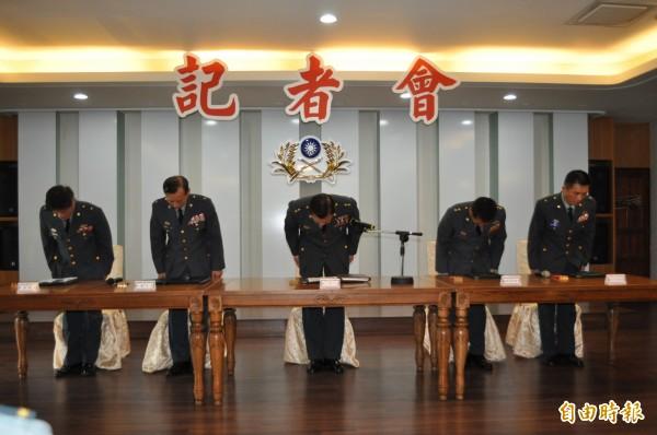陸軍副司令潘家宇(中)率領高階將官鞠躬道歉。(記者周敏鴻攝)