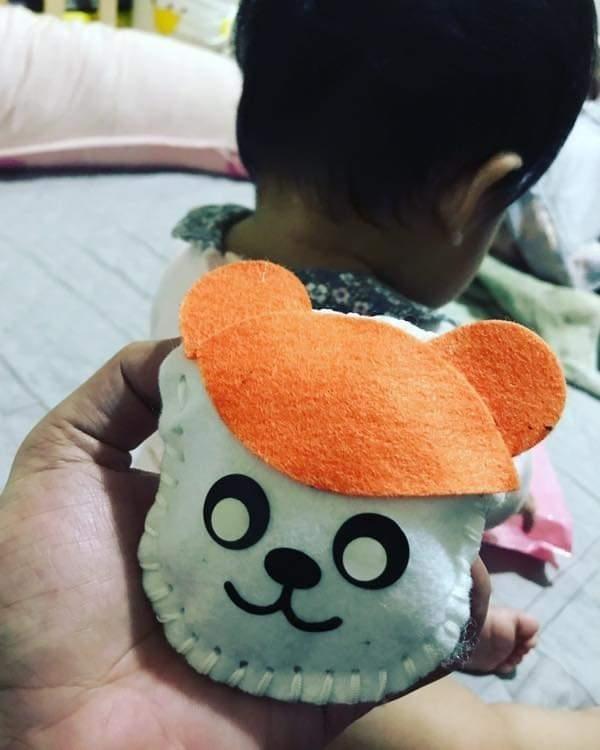 原PO的父親中風,對復健老是提不起勁,但為了孫女,即使手抖得厲害,仍不怕苦、不怕難,耐心地縫製出可愛的小玩偶。(圖擷取自臉書社團「爆廢公社」)