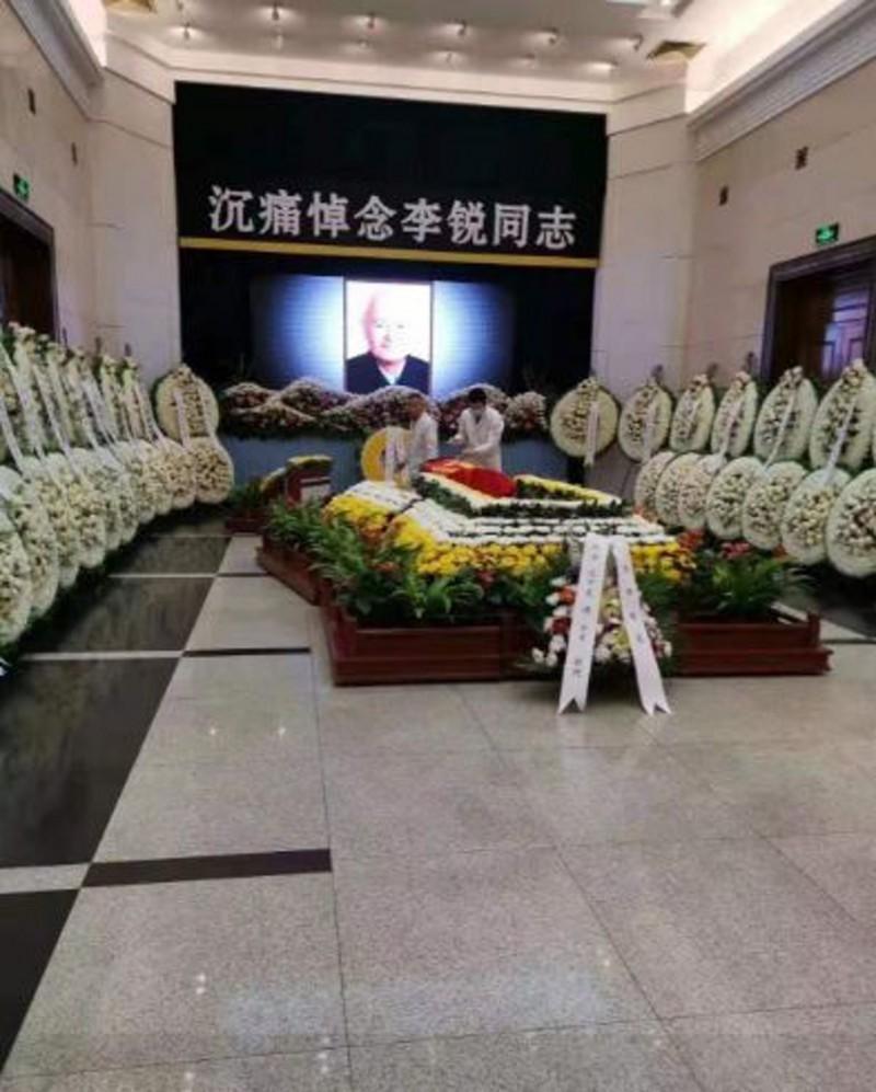 中共前領導人毛澤東秘書、中共黨內自由派代表人物李銳逝世,中共官方告別式上,強為他覆蓋中共黨旗。(圖擷取自Twitter)