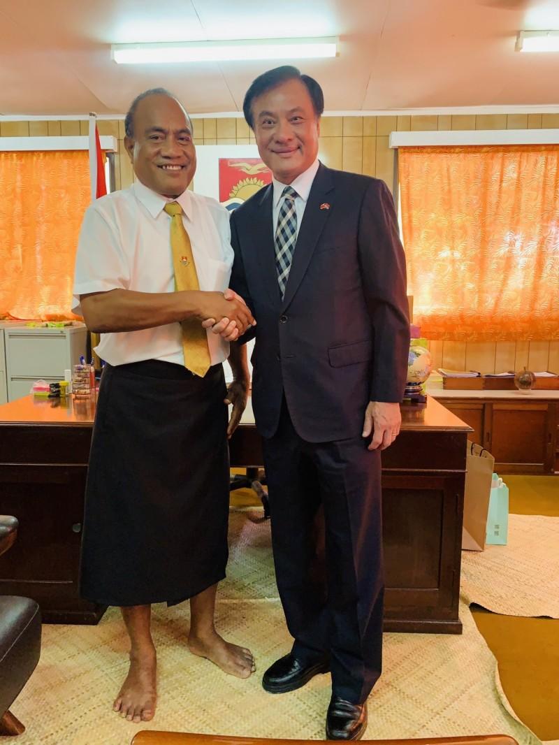 今年7月,立法院長蘇嘉全才以特使身分赴抵吉里巴斯,並晉謁吉國馬茂總統,如今卻傳出吉里巴斯打算與台斷交、與中國建交的消息。(蘇嘉全辦公室提供)