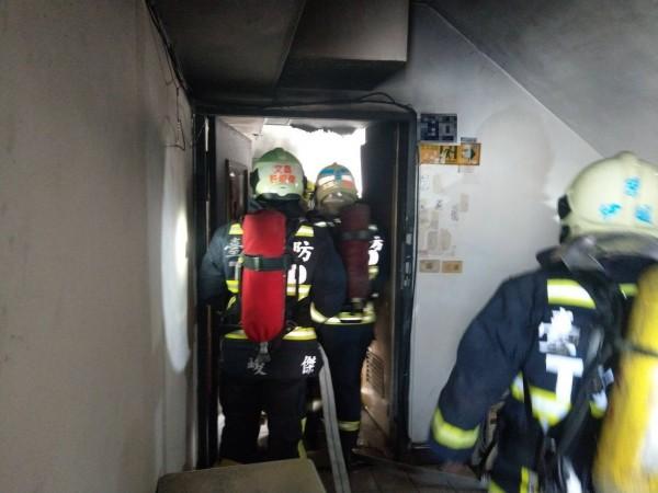 消防員雖很快撲滅火警,卻發現2人陳屍屋內。(記者張瑞楨翻攝)