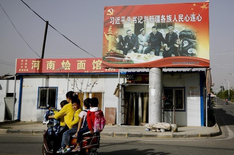 維族兒童面臨文化斷根危機,新疆教師表示,校園以鐵絲網圈禁學生更強制漢化。(美聯社)