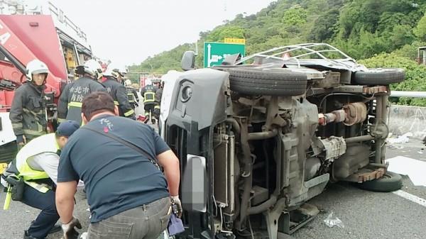 國道3號福爾摩沙高速公路北上52K處,今天中午12點52分傳出緊急救援,消防單位到場,發現一輛小貨車自撞翻覆。(圖由民眾提供)