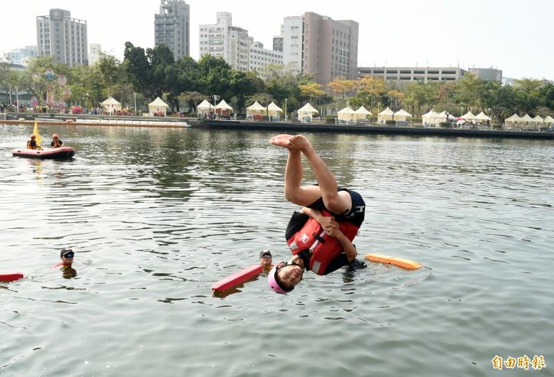 愛情產業鏈-永浴愛河活動今天中午愛之船國賓站舉行。(記者張忠義攝)