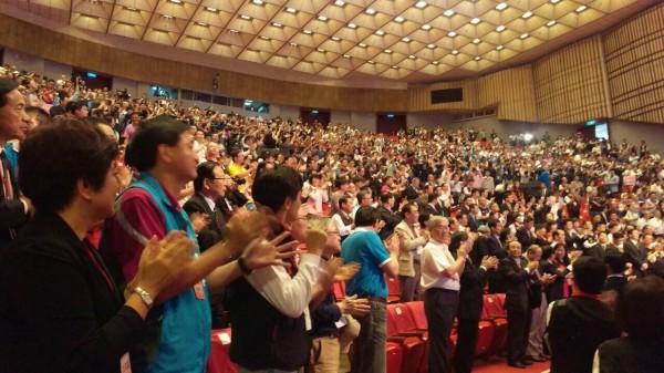 國民黨17日召開第19次全國代表大會臨時會議,以起立鼓掌方式,無異議通過徵召朱立倫參選總統。(圖由讀者提供)