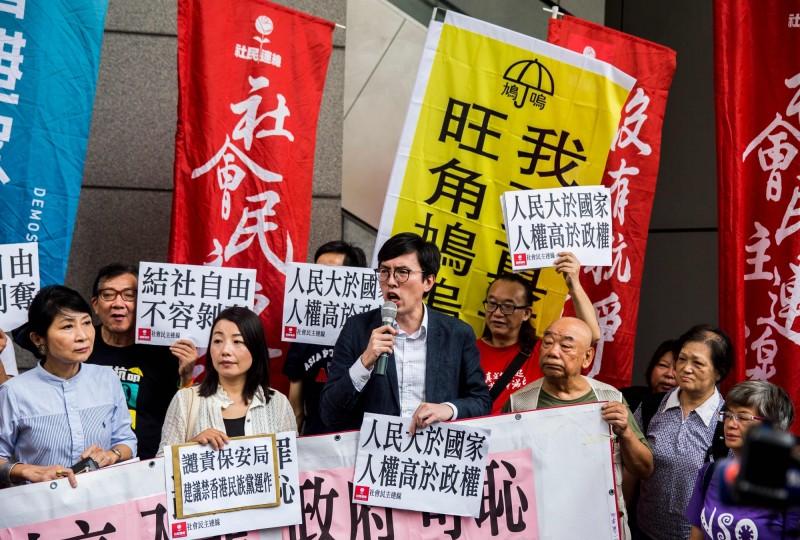 香港社民連主席吳文遠(前排左3),涉嫌在2016年向時任特首梁振英丟「臭魚三明治」,被以普通襲擊罪處3週監禁,吳上訴獲勝,無罪釋放。(法新社)
