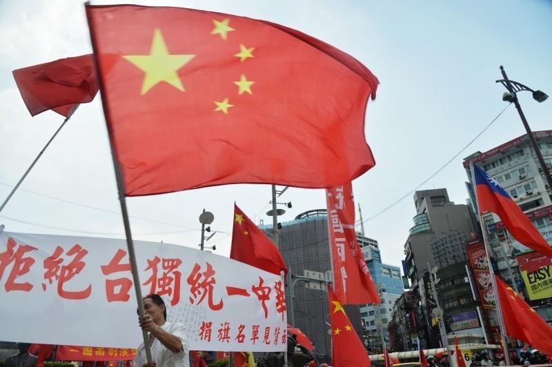 英國《金融時報》揭露旺中集團聽從國台辦指示。圖為在台北街頭有人揮舞中國五星旗宣揚統一、反獨。(資料照)