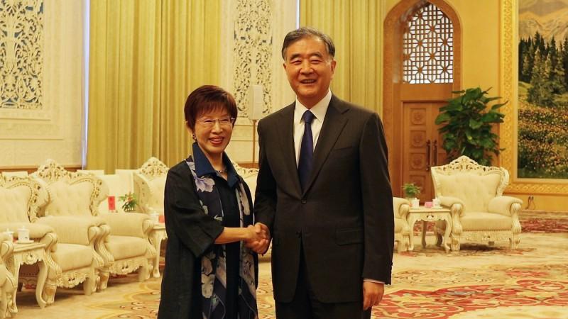 前國民黨主席洪秀柱(左)率台灣民間各界人士約70餘人到北京訪問,13日下午在北京人民大會堂會見中國全國政協主席汪洋(右)。(中央社)