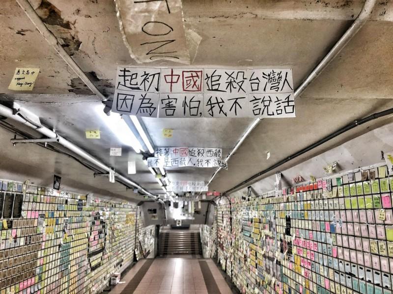 台中地下道天花板出現數則訊息,需依序將步伐往前才能閱讀完畢。(圖擷取自行走的故事詩2.0/yanwu)