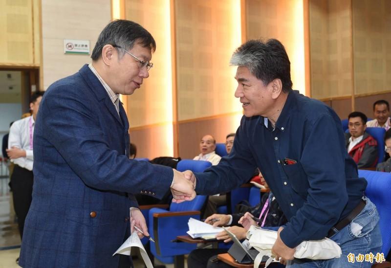 台北市長柯文哲9日出席市府首長領航共識營,會中邀請前內政部長李鴻源專題演說,兩人握手致意。(記者劉信德攝)