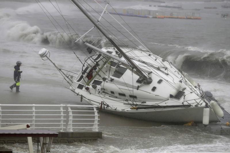 今年第17號颱風「塔巴」穿越對馬海峽侵襲日韓,在兩地造成不小災情。(美聯社)