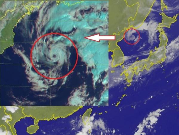 這個迷你氣旋「五臟俱全」,連眼都開好了。(合成照,擷取自中央氣象局與鄭明典臉書)