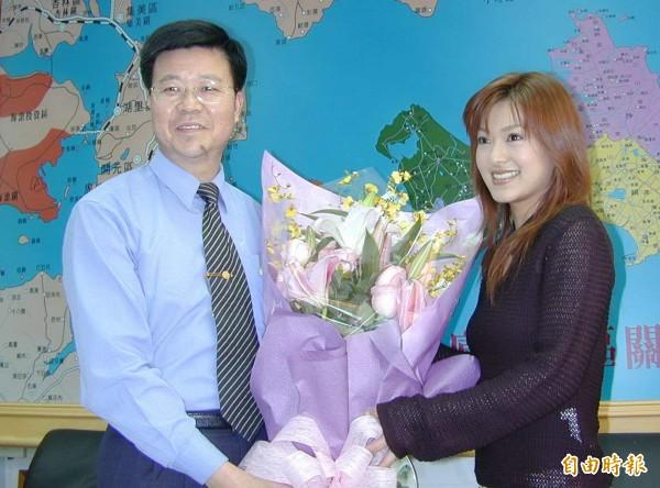 當時的金門縣長李炷烽(左)也祝福小澤圓生日快樂。(資料照,記者吳正庭攝)