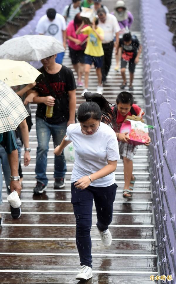 明(4日)天全台各地仍在低氣壓壟罩中,屬於多雲悶熱的天氣,雖然降雨較趨緩和,但天氣還是不穩定,中南部需留意可能有瞬間大雨發生。(資料照,記者簡榮豐攝)