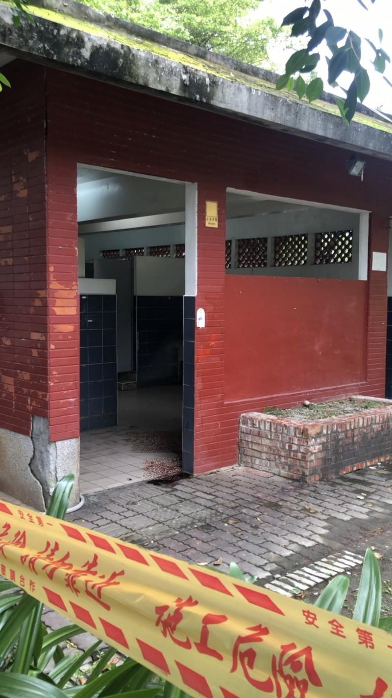 潮州運動公園廁所驚見大量血跡。(記者邱芷柔攝)